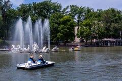 Leutebootfahrt auf dem See in einem Stadtpark Almaty stockfoto