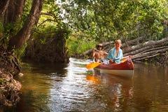 Leutebootfahrt auf Fluss Stockfotos
