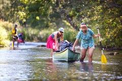 Leutebootfahrt auf Fluss lizenzfreie stockbilder