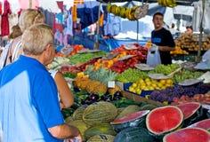 Leuteeinkaufen für Obst und Gemüse in einem spanischen Markt lizenzfreies stockbild