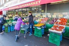 Leuteeinkaufen am freien Markt in Süd-Westwood lizenzfreies stockfoto