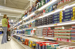 Leuteeinkaufen am Supermarkt Stockbild