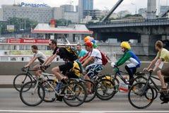 Leutefahrfahrräder in Moskau Es gibt Clowne unter ihnen Lizenzfreie Stockfotos