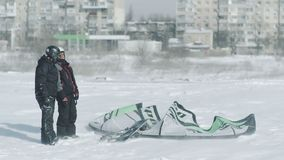 Leutefahrt auf den kiting Winterschnee Winter, der auf dem Winterfeld nach Schneesturm in Odessa Ukraine snowkiting ist stock video