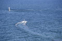 Leutefahrt-jetski auf blauem Meer Lizenzfreie Stockfotos