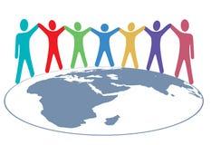 Leutefarben halten Hände und Arme auf Weltkarte an Stockbilder