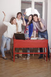 Leutefreunde, die zu Hause am Tisch arbeiten Stockbilder