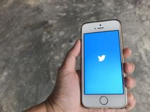 Leutegebrauch zwitschert Anwendung in iphone Se-Mobile stockfoto