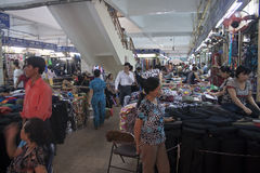 Leutegeschäft in Dong Xuan Market Lizenzfreies Stockfoto