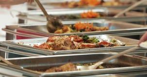 Leutegruppenverpflegungs-Buffetlebensmittel Innen im Luxusrestaurant mit bunten Obst und Gemüse des Fleisches Abschluss oben stock video