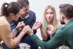 Leutehändchenhalten auf spezieller Gruppentherapie Stockbilder