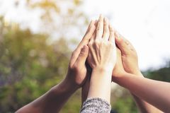 Leutehände bauen als Verbindungssitzungsteamwork-Konzept zusammen Gruppe von Personenen-Versammlungshände als Geschäfts- oder Arb stockfotos