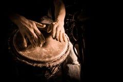 Leutehände, die Musik an djembe Trommeln spielen Lizenzfreie Stockfotos