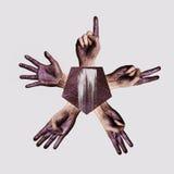 Leutehände mit purpurroter Farbe auf Palme Stockfotografie