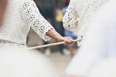 Leuteharmonie, wenn das Seil mit der Hand am Ende von buddhistischem Lent Day in Chak Phra Festival Pulling der Buddha gezogen wi lizenzfreies stockfoto