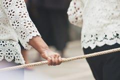 Leuteharmonie, wenn das Seil mit der Hand am Ende von buddhistischem Lent Day gezogen wird stockfoto