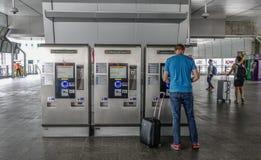 Leutekaufenkarten an BTSstation lizenzfreie stockfotos