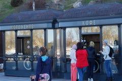 Leutekaufkaffee am Kiosk stockfotografie