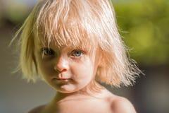 Leutemädchen-Abschlussporträt ernsten Denkens oder des traurigen jungen Babys kaukasisches blondes wirkliches im Freien Stockbilder