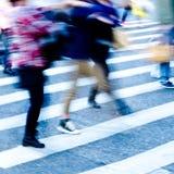 Leutemasse auf Zebraüberfahrt Lizenzfreies Stockbild