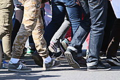 Leutemenge, die zurück Fuß unscharfer Hintergrund geht Lizenzfreie Stockfotografie