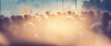 Leutemenge morgens, Sonnenaufflackern Unschärfehintergrundfahne Lizenzfreie Stockfotografie