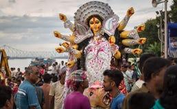 Leutemenschenmenge, zum von Durga Puja-Immersion bei Babughat, Kolkata zu zeugen Lizenzfreie Stockfotos
