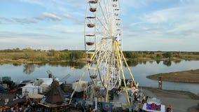 Leutenennt Besuchsstadtfestival Burgfest in Tangermuende Deutschland Riesenrad auf Promenade von der Elbe stock video