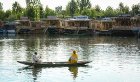 Leuteruderboot auf dem See in Srinagar, Indien Stockfotos