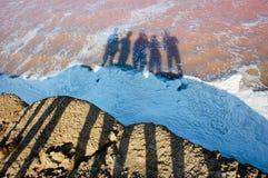 Leuteschatten auf Strand stockbild