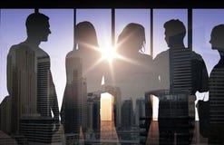 Leuteschattenbilder über Stadthintergrund Stockfotos