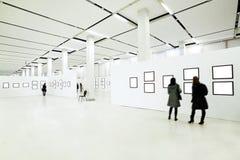 Leuteschattenbilder im Museum lizenzfreies stockbild