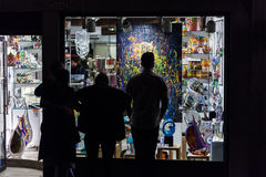 Leuteschattenbilder passen Malerei am Shop in Venedig auf stockbild