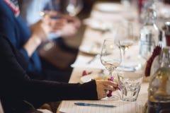 Leuteschmecken des Weins und des Käses Lizenzfreie Stockfotos