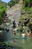 Leuteschwimmen in der Natur Stockfoto