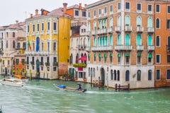 Leutesegelboote und Wassertaxis neben gotischen venetianischen Geb?uden an einem regnerischen November-Tag auf der Grand Canal -W lizenzfreies stockfoto