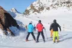 Leuteskifahren in den europäischen Alpen. Stockfotografie
