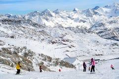 Leuteskifahren in den europäischen Alpen. Szenische Ansicht. Stockbilder