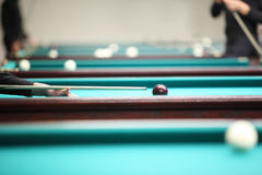 Leutespiel im Pool im Billiardklumpen Lizenzfreies Stockfoto