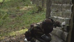 Leutespiel Paintball im Wald stock video footage