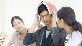 Leutestudent las Buch und hält Unkosten und sitzt Vortrag Chai stockfotografie