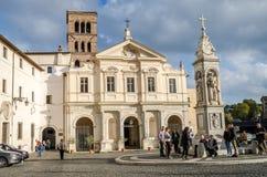Leutetouristen haben einen Rest während des Ausflugs der Insel Tiberina im Quadrat nahe der Kirche von St. Bartholomeo in Rom, ca Lizenzfreies Stockfoto