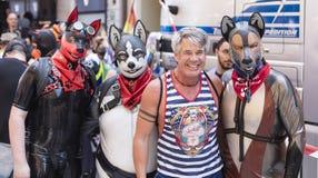 2018: Leutetragende Gummifetischhundeköpfe und -kostüme, die an der Schwulenparade alias Christopher Street Day teilnehmen lizenzfreie stockfotografie