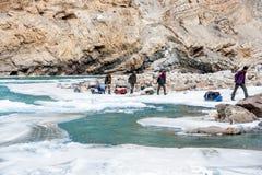 Leutetrekking auf gefrorenem zanskar Fluss Chadar-Wanderung, Ladakh Indien Februar 2017 stockbilder