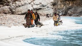 Leutetrekking auf gefrorenem zanskar Fluss Chadar-Wanderung, Ladakh Indien Februar 2017 lizenzfreie stockfotos