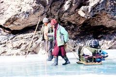 Leutetrekking auf gefrorenem zanskar Fluss Chadar-Wanderung, Ladakh Indien Februar 2017 lizenzfreie stockbilder