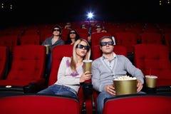 Leuteuhrfilme im Kino lizenzfreie stockbilder