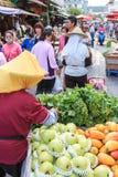 Leuteverkauf und kaufendes Lebensmittel in einem traditionellen Obst- und Gemüse Markt von Taiwan lizenzfreie stockbilder