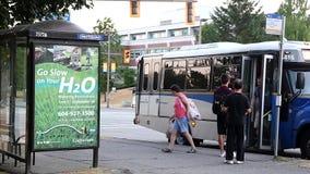 Leutewartebus am Busbahnhof stock video footage