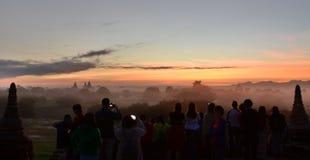 Leutewartesonnenaufgang an Tempel 761 Bagan myanmar Stockfoto